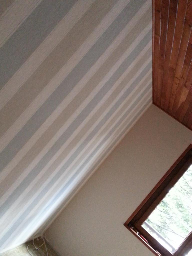 papier peint rayures peinture. Black Bedroom Furniture Sets. Home Design Ideas